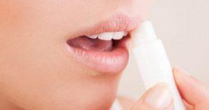درمان خشکی لب در آرایشی بیست